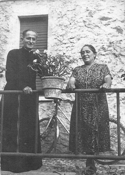 Antonini Marietta (1911-1989) con il cugino padre Giovanni Cremonini  (1910-1969) morto missionario a Panama. 4aafa2efb0d3